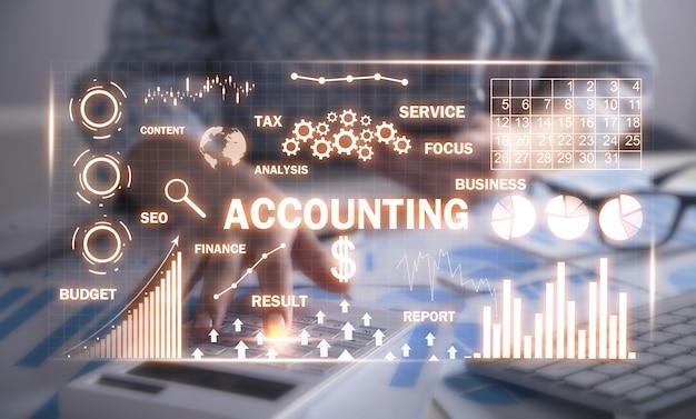 재무 그래프. 계산기를 사용하여 책상에서 작업하는 회계사. 회계