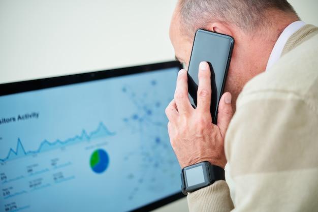 電話で話している財務マネージャー