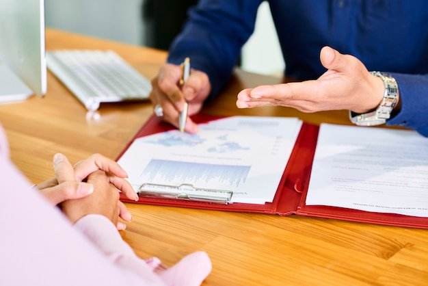 統計を議論する財務マネージャー