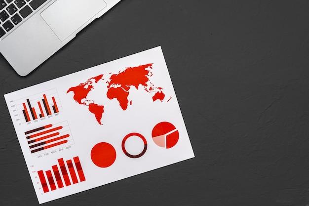 Финансовая бумага с диаграммами и диаграммами на сером столе