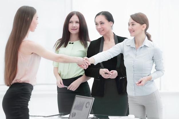 交渉が成功した後、握手する金融パートナー。