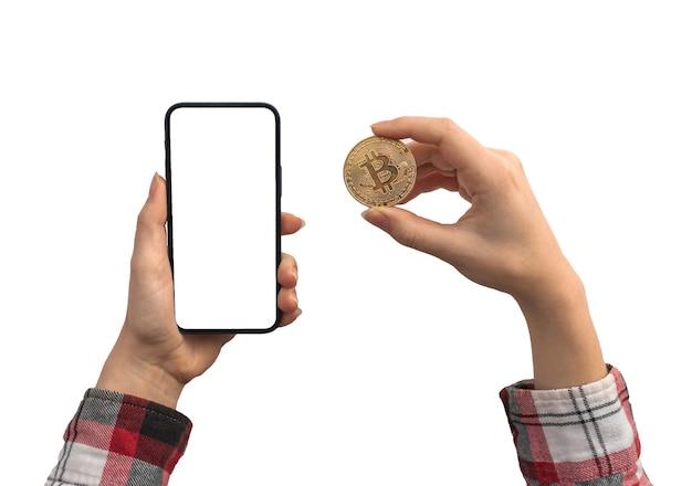 Финансовые платежи с биткойнами и мобильным телефоном, пустой белый макет экрана, руки с монетой криптовалюты, изолированные на белом фоне фото