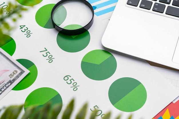 Финансовый отчет и ноутбук на рабочем столе