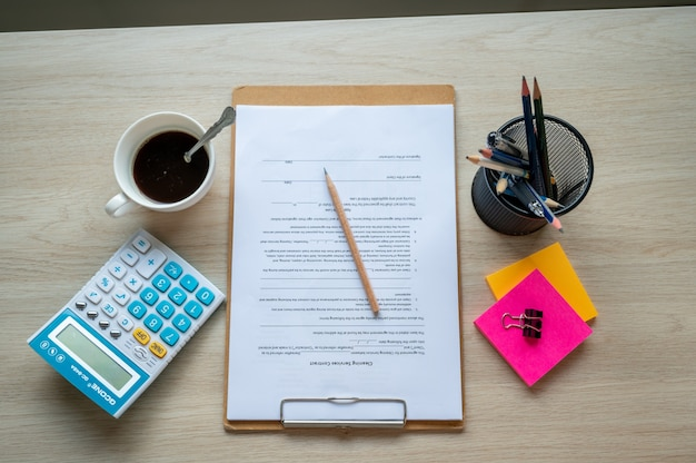 テーブルオフィスデスクの財務報告書と計算機、財務と会計の概念
