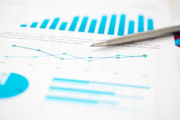 Финансовая статистика документы шариковая ручка инфографика на офисном столе