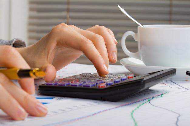 財務統計ドキュメントオフィスのテーブルでボールペンインフォグラフィック