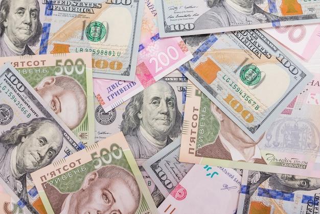 Финансовая поверхность с долларами и гривнами