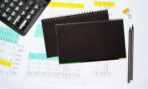 재무 테이블, 작업 문서 . 비즈니스 및 금융 개념입니다. 복사 공간