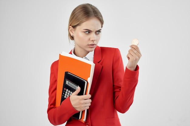 밝은 배경에 문서가 있는 빨간 재킷을 입은 금융가