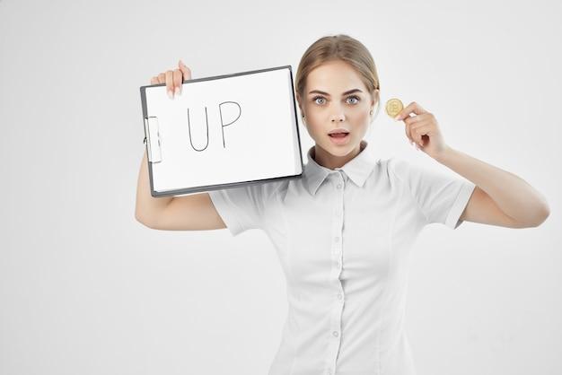 手にフォルダを備えた白いシャツを着た金融業者テクノロジー