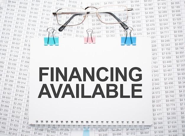 Финансирование доступного текста, написанного на бумаге ручкой и очками