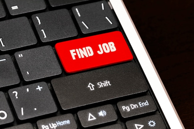 黒のキーボードの赤のenterボタンで仕事を見つけます。