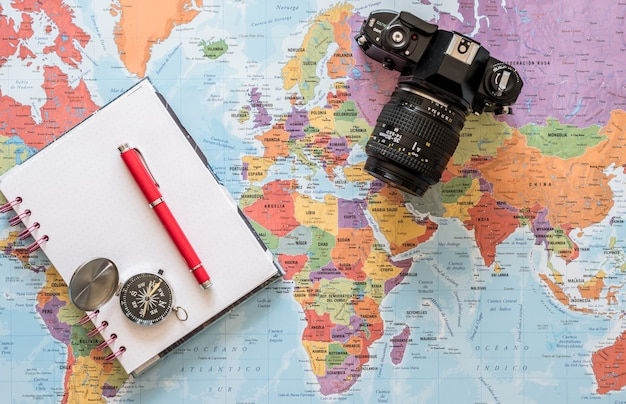 네 길을 찾아라. 모험, 발견, 탐색, 통신, 물류, 지리, 교통 및 여행 테마 개념 배경.