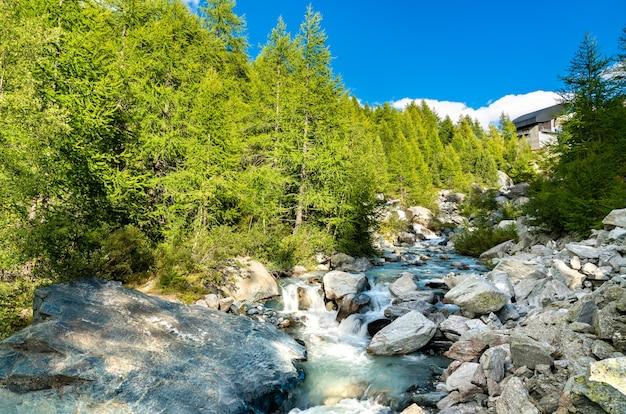 スイスのゴルネルグラート近くのペニンアルプスのフィンデルバッハ小川