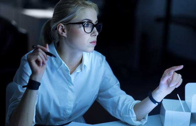 시스템에 대한 액세스를 찾는 중입니다. 집중된 숙련 된 해커가 사무실에 앉아 자신의 기술을 보여 주면서 정보를 해독했습니다.