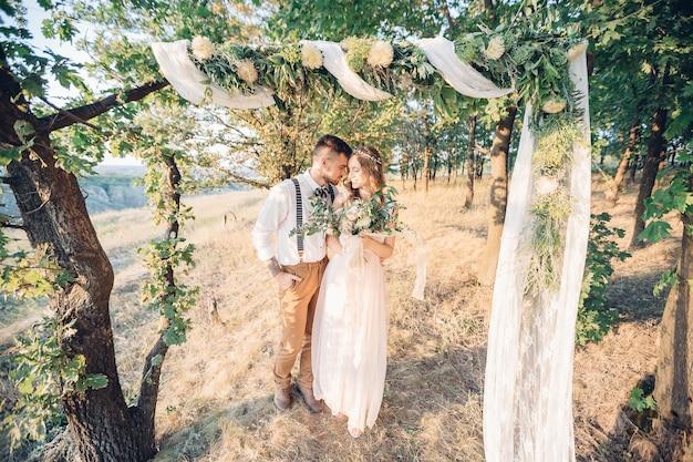 미술 결혼식 사진. 신부와 신랑 자연에서 결혼식에서 포옹.