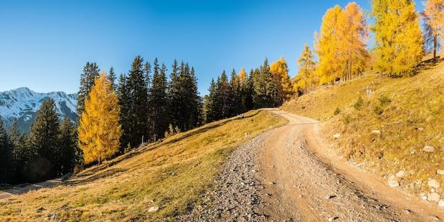 장엄한 산과 아름다운 하늘이있는 멋진 가을 풍경