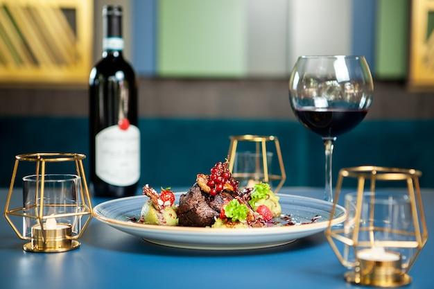 豪華なラウンジでの高級料理。赤ワインと胸のアヒル