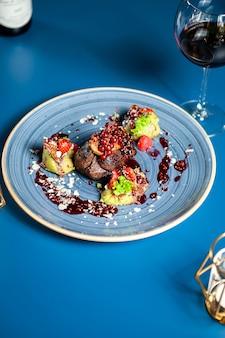 高級レストランレストランでの野菜とステーキのグリル、プロの美食