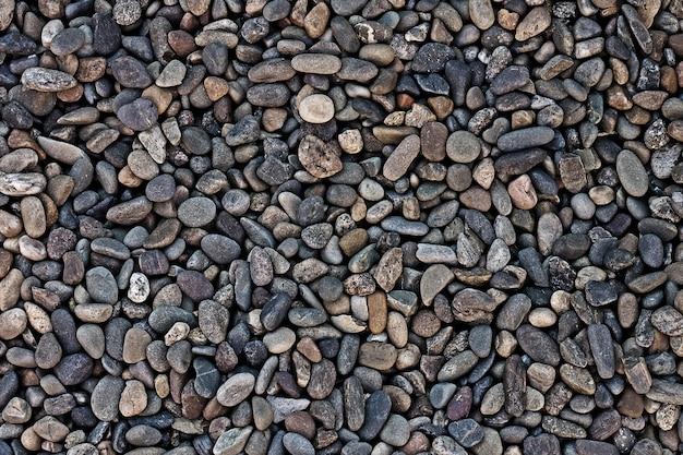 Мелкий гравий на фоне берега