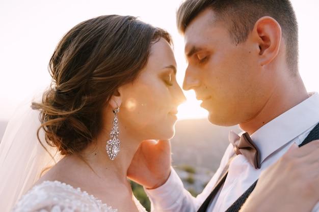 モンテネグロ ペラストのファインアートの結婚式の写真、新郎のストロークの結婚式のカップルのクローズ アップの肖像画