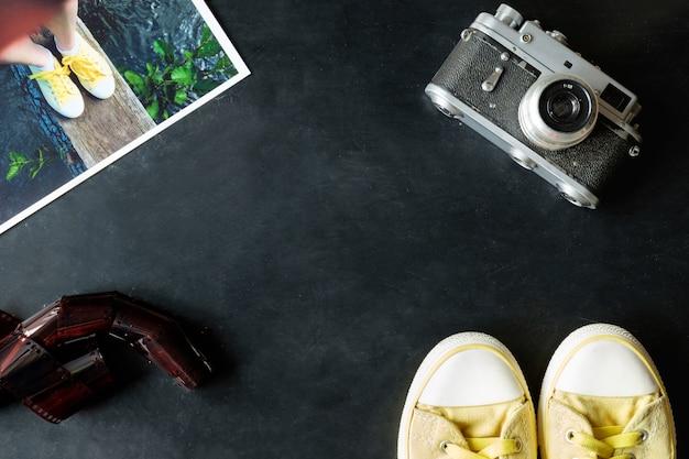 Урожай fineart фильм фотографии набор желтых кроссовок, старинные камеры, пленки и фотопечать на черном фоне