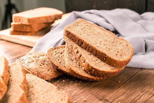 Тонко обжаренные ломтики темного пшеничного хлеба