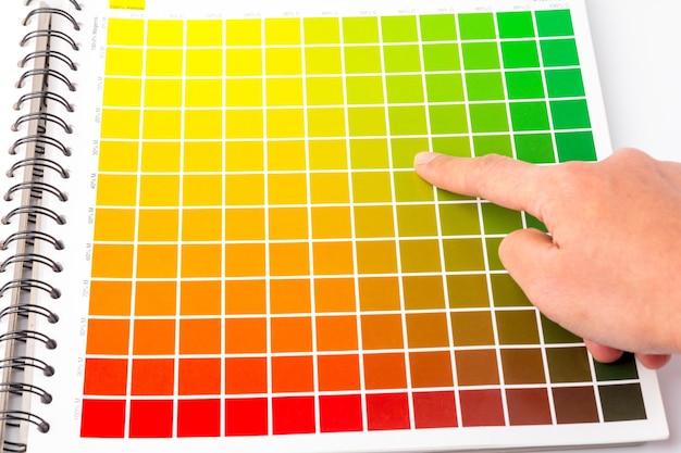 Палец указывает на выбранный цветовой канал, палитра цветов - важный инструмент, который можно использовать в качестве образца цвета в различных работах, таких как дизайн, печать и т. д., чтобы контролировать качество работы.
