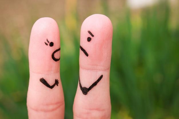 Палец искусство пары во время ссоры. женщина кричит на мужчину.