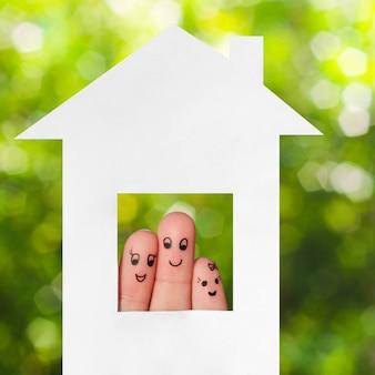 Пальцевое искусство семьи. семья, выглядывающая из дома