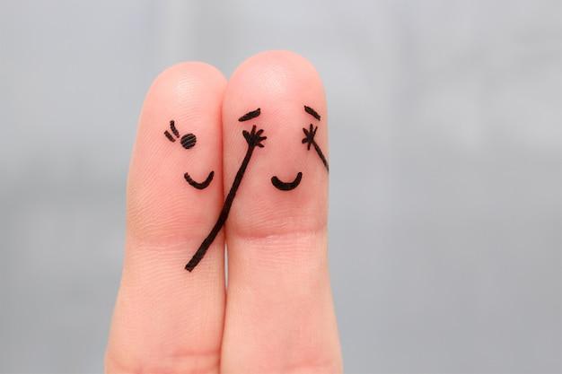 Искусство пальца счастливой пары. девушка закрыла глаза на мальчика. мальчик догадался, кто закрыл глаза.
