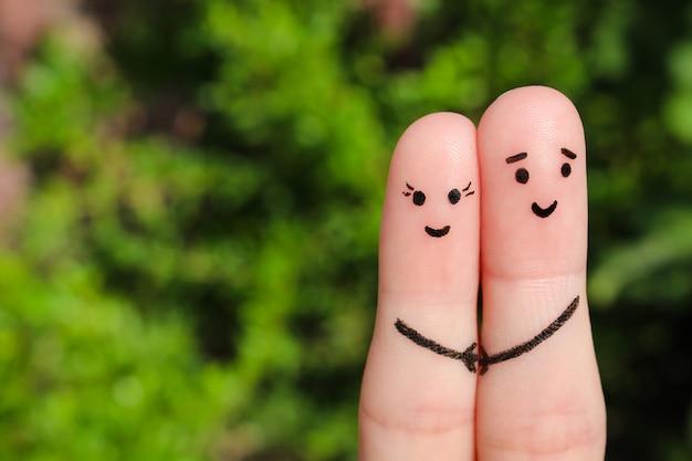幸せなカップルの指アート。幸せなカップルが手を繋いでいます。