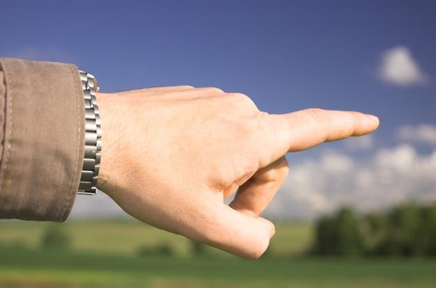 男のポインティングの指