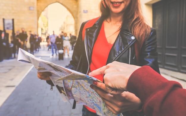 フランスのボルドーで方向を検索する地図上の指