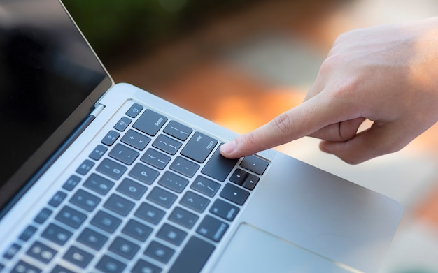 Палец, указывающий на клавишу ввода на клавиатуре
