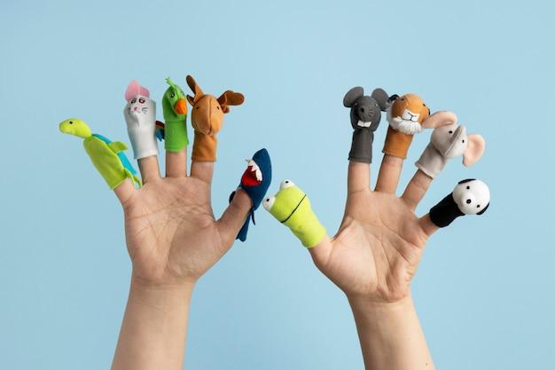 I burattini da dito mostrano la composizione