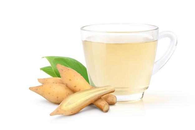 흰색 배경에 고립 된 신선한 뿌리 줄기와 손가락 루트 허브 음료.