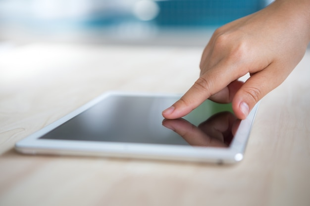 태블릿 화면을 터치하는 손가락
