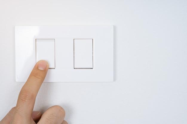 白いスイッチをオンまたはオフにする指