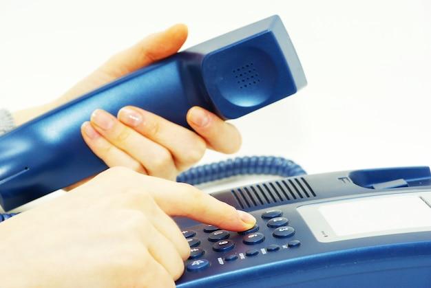 파란색 전화 키패드가 있는 손가락