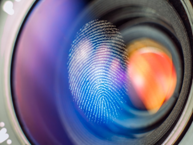 Отпечаток пальца на объективе камеры