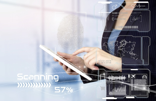 Сканирование отпечатков пальцев биометрической личности и утверждения. вручите сенсорный белый планшет с цифровым знаком отпечатков пальцев голограммы и коллажем с диаграммами данных на виртуальном экране на светлом размытом фоне.