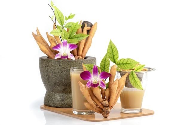 Fingerroot 또는 galingale 뿌리 줄기와 주스 흰색 절연.