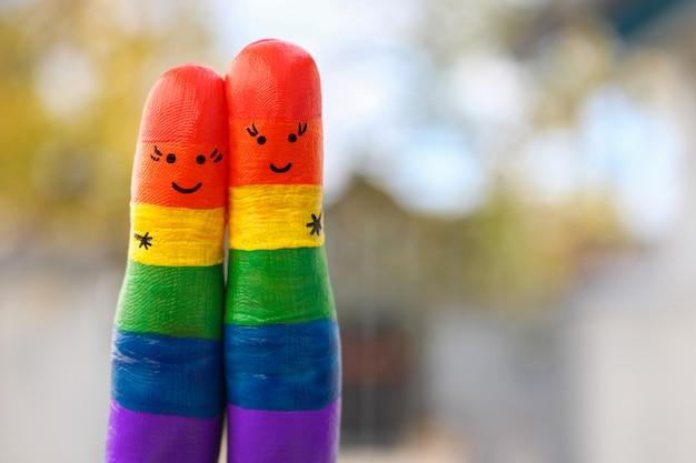 幸せなゲイのカップルの指アート。女性は抱擁します。