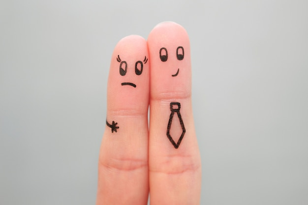 커플의 손가락 예술. 직장에서 여자를 괴롭히는 남자의 개념.