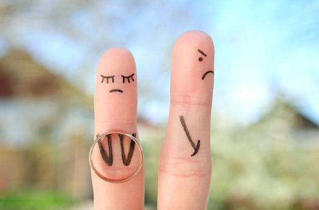 Пальцы искусство пары. концептуальная женщина сделала предложение выйти замуж, мужчина отказался.