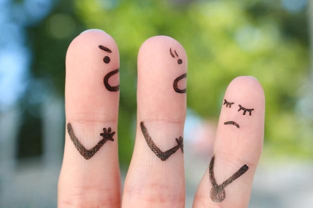 Пальцевое искусство семьи во время ссоры. концепция родителей ругать непослушного ребенка.