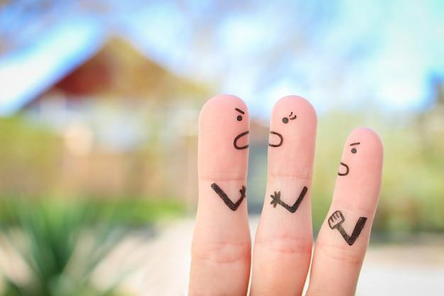 Пальцевое искусство семьи во время ссоры.