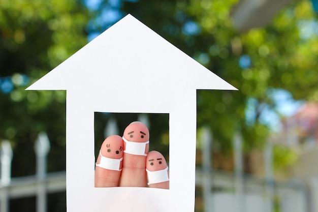 집에서 얼굴 마스크를 쓴 가족의 손가락 예술.