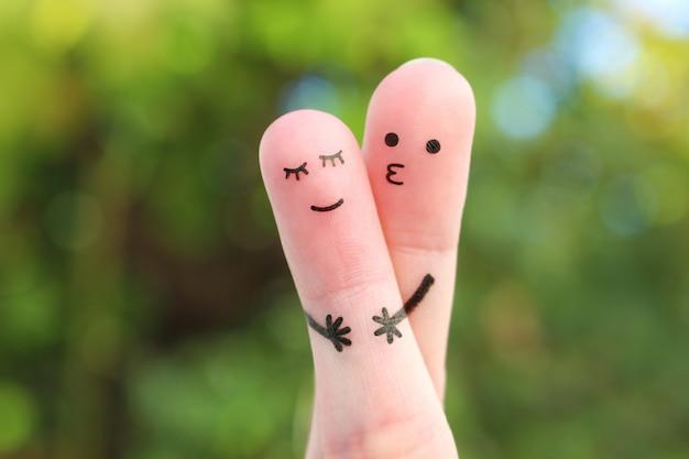 Искусство пальцев счастливая пара. мужчина обнимает и целует женщину.